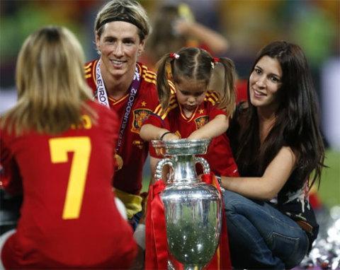 Cả nhà Torres chụp hình cùng chiếc Cup.