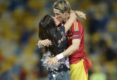 Torres và bà xã ôm hôn thắm thiết trên sân.