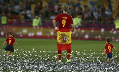Hai con của Torres chơi đùa cùng anh dưới sân.