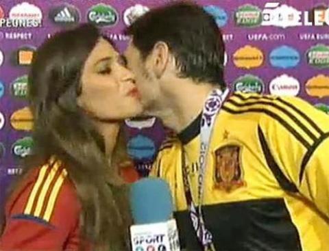 Trong khi đó tại quê nhà Tây Ban Nha, dì của Casillas tiết lộ, chàng thủ môn bảnh trai này rất muốn sớm lên chức bố và liên tục gợi ý với cô bạn gái Sara Carbonero