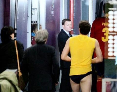 Trước khi bước vào phòng thay đồ, Casillas đã cởi quần, chỉ mặc quần lót tung tăng bước vào.
