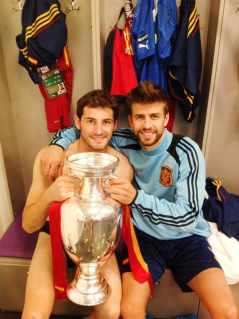 Casillas gần như khỏa thân khi chụp ảnh cùng đội đội Sergio Ramos và Cup Euro.