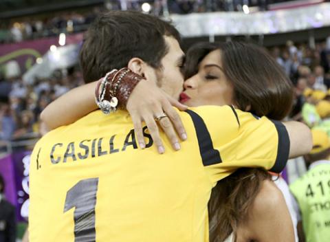 Phấn khích với chiến thắng đậm trước Italy, Casillas chia vui với cô bạn gái phóng viên Sara Carbonero ngay trên sân cỏ.