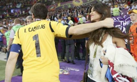 Sau đó, Casillas tạm biệt cô người yêu xinh đẹp để tiếp tục ăn mừng cùng đồng đội.