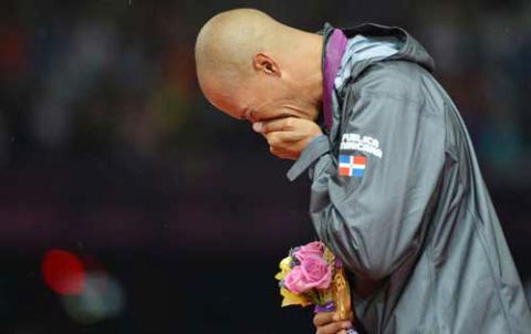 Nước mắt Felix vẫn không ngừng tuôn rơi khi quốc ca Dominica cất lên.