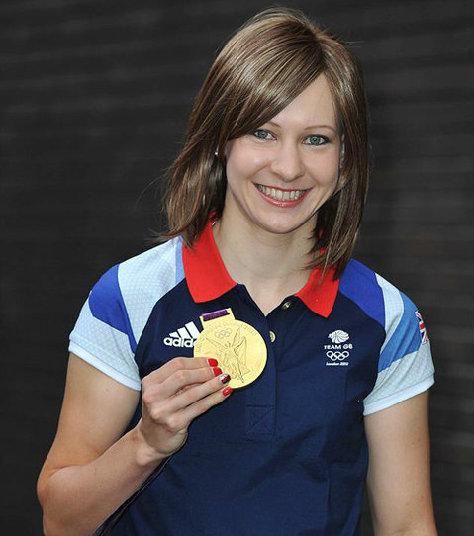 Joanna đội tóc giả trong buổi phỏng vấn trên truyền hình một ngày sau khi vô địch Olympic.
