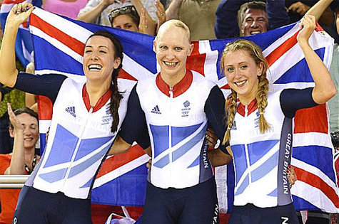 Joanna Rowsell (giữa) với mái đầu gây sốc sau khi giành HC vàng đua xe đạp lòng chảo đồng đội.