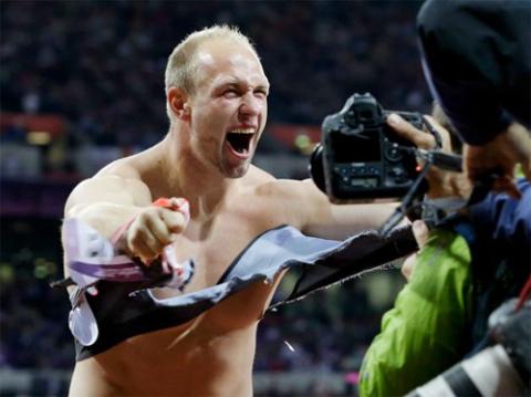 Từng hai lần giành chức vô địch thế giới, Robert Harting có thói quen xé áo mỗi lần chiến thắng tại các giải lớn.