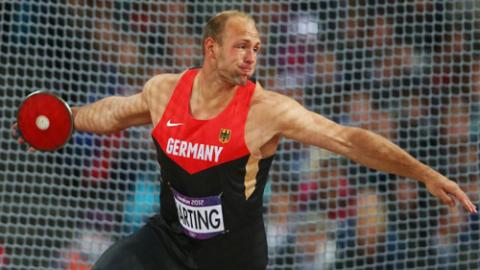 Robert Harting lên ngôi vô địch Olympic sau khi ném đĩa xa 68,27m.