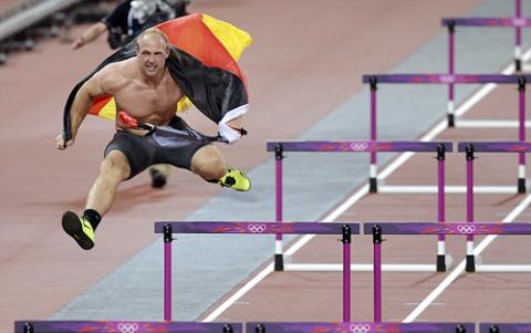 Dường như chưa thỏa mãn với việc xé áo, Robert cầm cờ Đức chạy ra phía sân điền kinh, nơi dựng rào sẵn chuẩn bị cho cuộc thi 100m vượt rào của nữ.