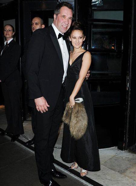 'Người gác đền' một thời gặp gỡ và say mê cô vũ công khi cả hai cùng tham gia show truyền hình khiêu vũ trên băng của đài ITV đầu năm 2009.