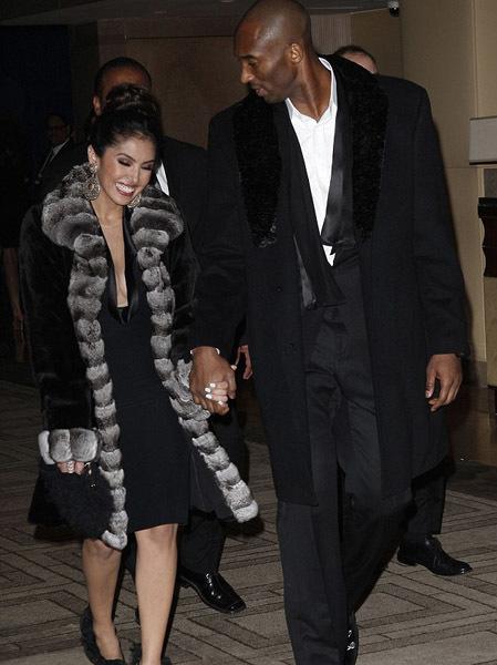 Cách đây mấy hôm, Kobe Bryant và bà xã Vanessa tuyên bố hủy việc ly hôn. Cặp đôi vừa vui vẻ, tình tứ cùng nhau đi dự lễ trao giải Golden Globes
