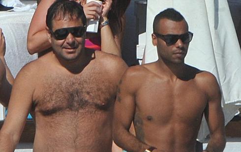 Hậu vệ Chelsea cùng một số người bạn đang tận hưởng thời gian nghỉ ít ỏi còn lại ở vùng biển