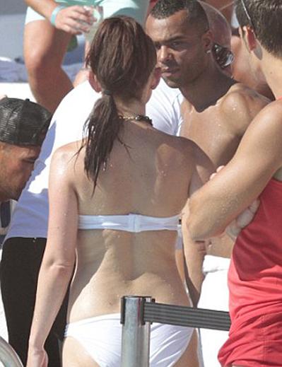 Ashley Cole tranh thủ tán tỉnh những chân dài ở bể bơi.
