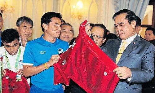 """Thủ tướng Thái Lan khuyên cầu thủ vô địch AFF Cup 'tiêu tiền có lý trí"""""""