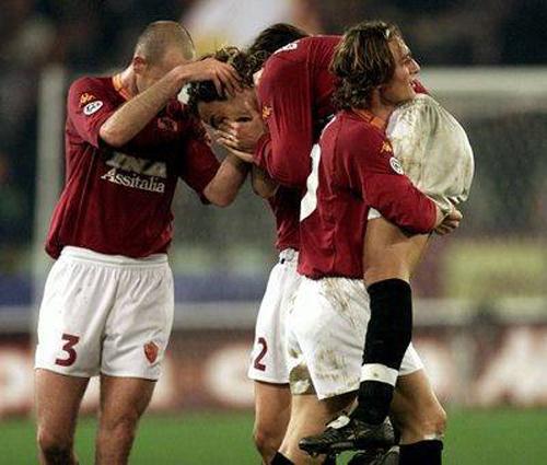 Batistuta ôm mặt khóc nức nở sau khi ghi bàn vào lưới đội bóng cũ- Serie A