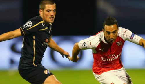 Arijan Ademi (áo đen) trong trận đấu với Arsenal.