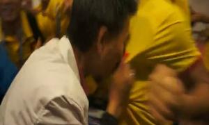 HLV U19 Việt Nam hôn quốc kỳ trên áo học trò, mừng chiến thắng