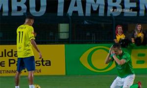 Đối thủ quỳ lạy xin Neymar ngừng lừa bóng