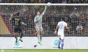 Thủ môn đấm bóng vào lưới nhà, Malaysia nhìn Thái Lan vô địch SEA Games