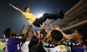 Cầu thủ Hà Nội công kênh bầu Hiển mừng chức vô địch V-League
