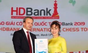 Chủ tịch FIDE trao bằng khen cho giải cờ vua HDBank