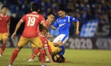 Cầu thủ Quảng Ninh gãy chân
