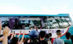 Người hâm mộ vây xe buýt chở đội TP HCM