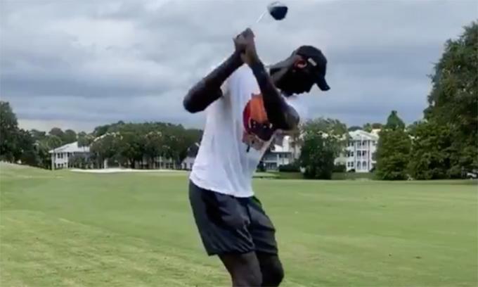 Khi người khổng lồ NBA quất gậy golf