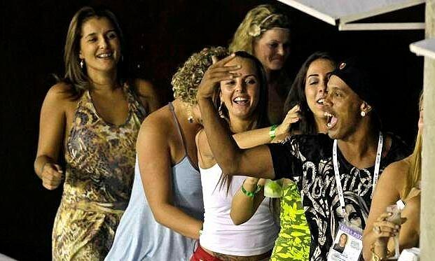 Ronaldinho tiệc tùng với người mẫu dù bị quản thúc