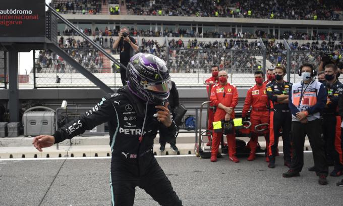Hamilton vượt kỷ lục của Schumacher
