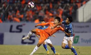 Hà Đức Chinh ghi bàn và bỏ lỡ khó tin trong một trận