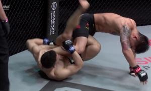 Võ sĩ MMA nhận thẻ đỏ vì tung đòn hiểm