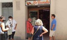 Mancini xếp hàng mua bánh mỳ