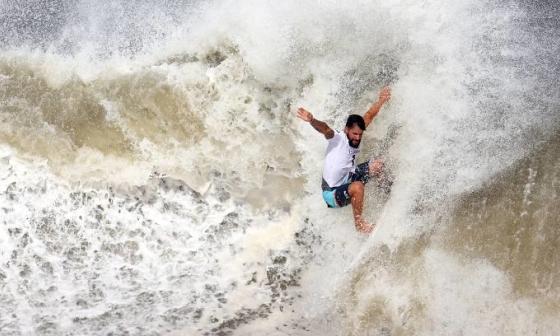 VĐV lướt sóng gãy ván trong trận tranh HC vàng