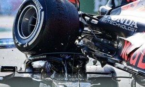 Hamilton thoát chết khi bị xe của Verstappen đè đầu