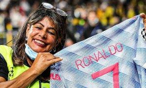 Nữ nhân viên tưởng đã chết sau cú sút của Ronaldo