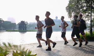 Runner đổ ra đường ngày Hà Nội nới lỏng