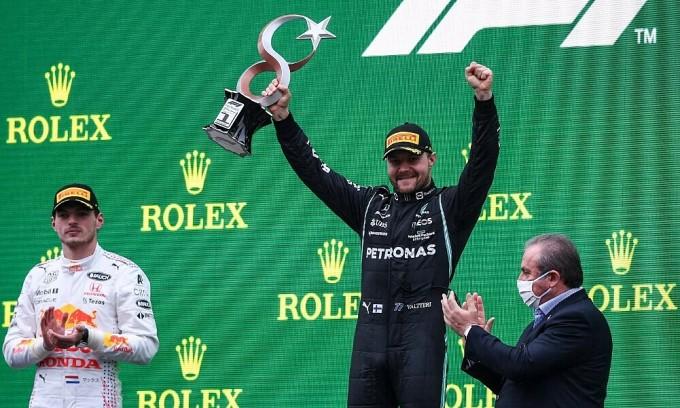Verstappen lấy lại đỉnh bảng, Mercedes chia nửa buồn vui