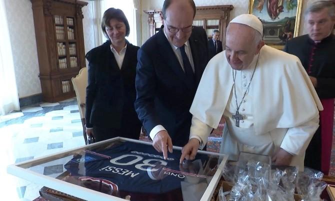 Pháp tặng Giáo hoàng áo đấu của Messi