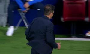 Vì sao Simeone phớt lờ bắt tay Klopp?